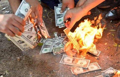 Турки жгут доллары, чтобы поддержать лиру (ФОТО)